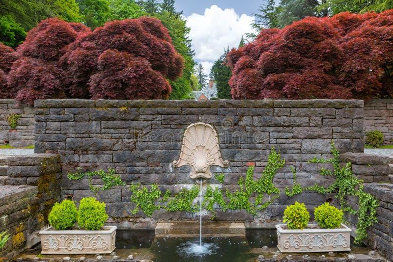 海豚顶头喷泉在新生庭院里 免版税库存照片