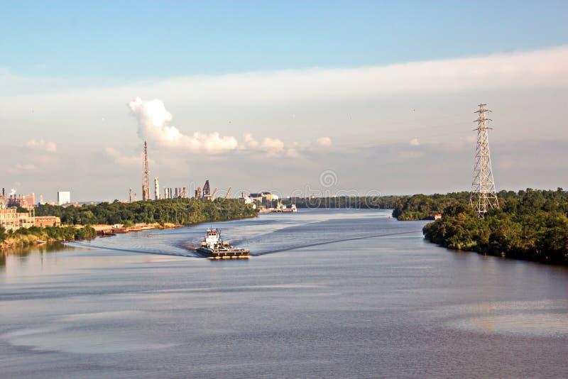海货船和猛拉的运动对入口和出口从口岸 博蒙特,得克萨斯 免版税库存照片