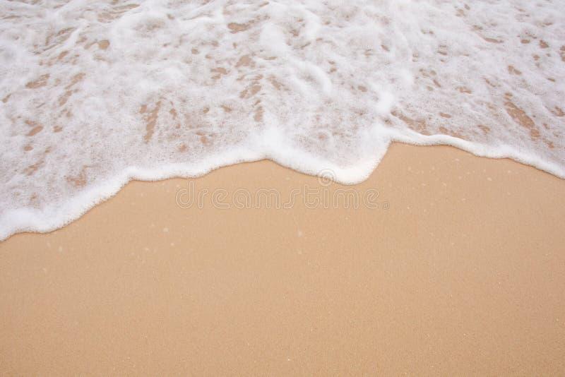 海软的波浪空的沙滩背景的与拷贝空间 免版税库存图片