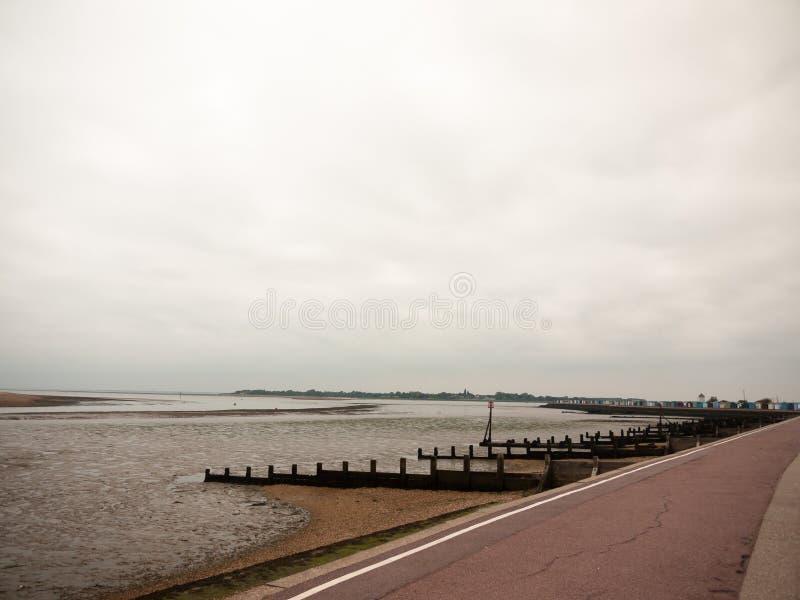 海边场面阴云密布mudflats walkpath足迹gryones 库存图片
