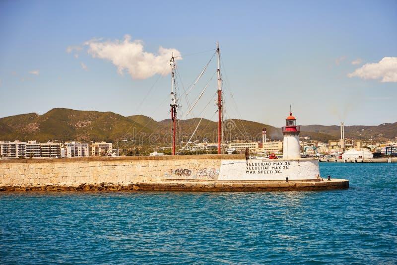 从海边的伊维萨岛拜雷阿尔斯西班牙老镇视图 免版税库存照片