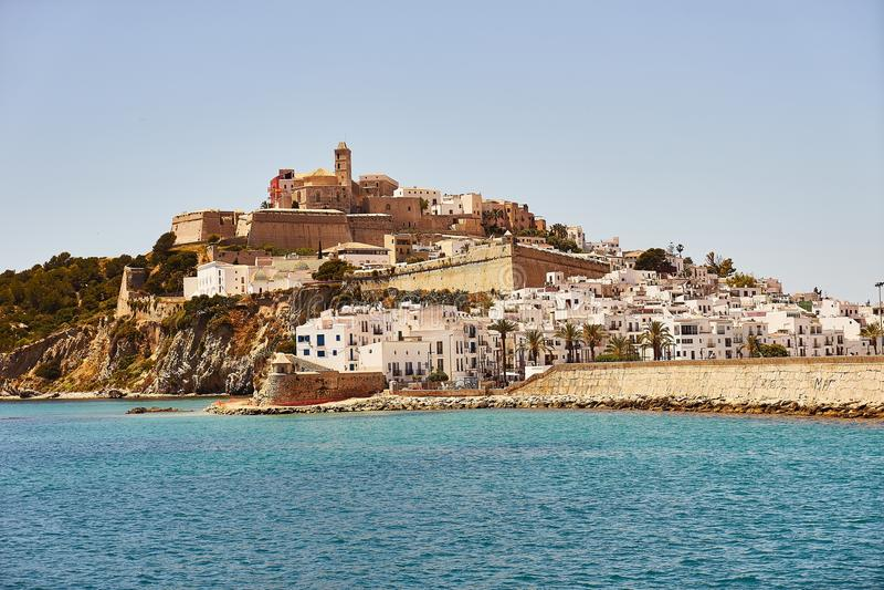 从海边的伊维萨岛拜雷阿尔斯西班牙老镇视图 库存图片