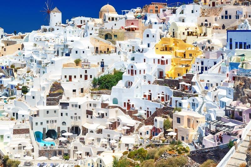 海边看法在一个夏日 Oia村庄, Oia镇,圣托里尼海岛看法全景有五颜六色的房子的  库存照片