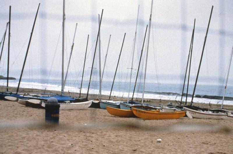 海边通过vollyball网被看见的海岸线风船 免版税库存图片