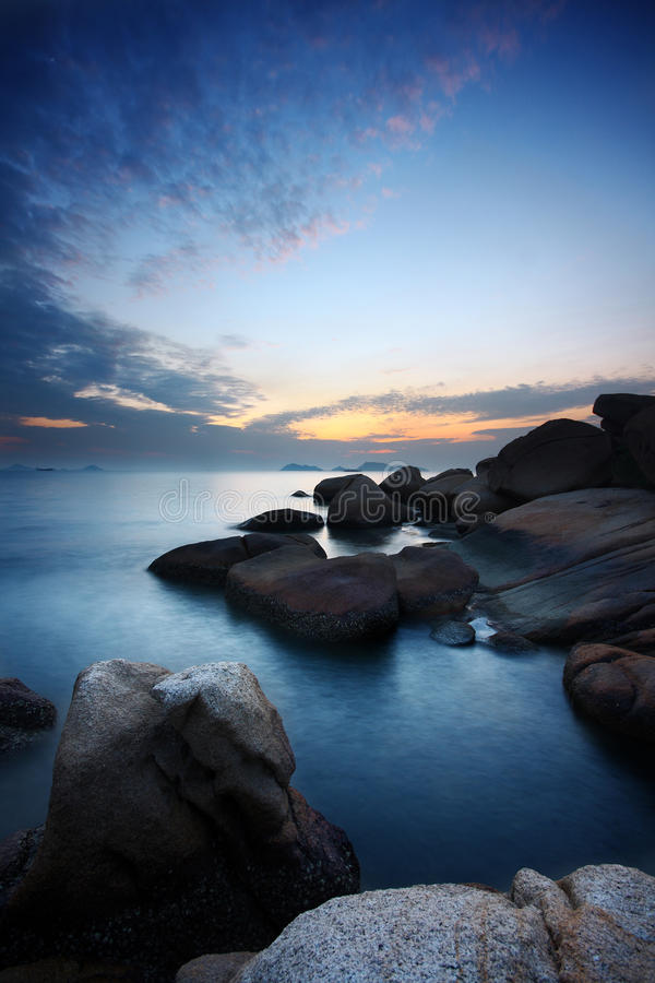 海运向日落扔石头 库存照片