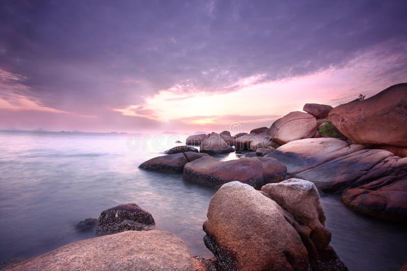 海运向日落扔石头 图库摄影