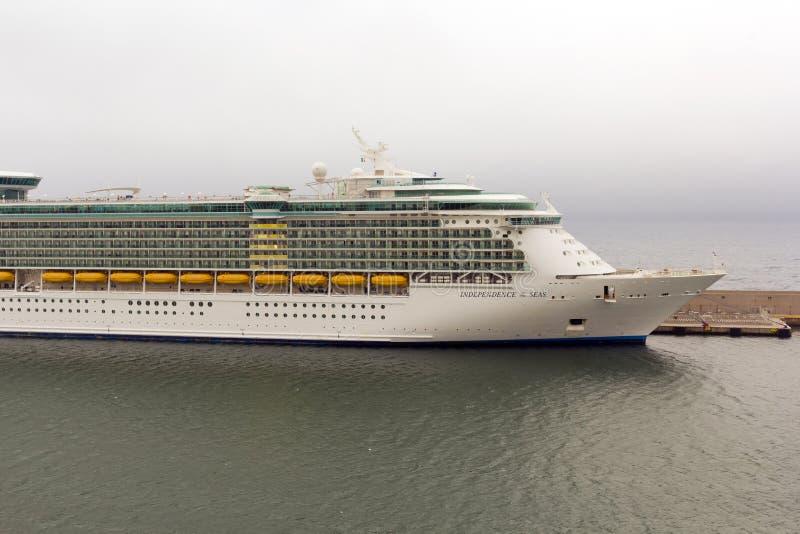 海运的Indipendence巡航靠码头在港口 编辑类库存照片