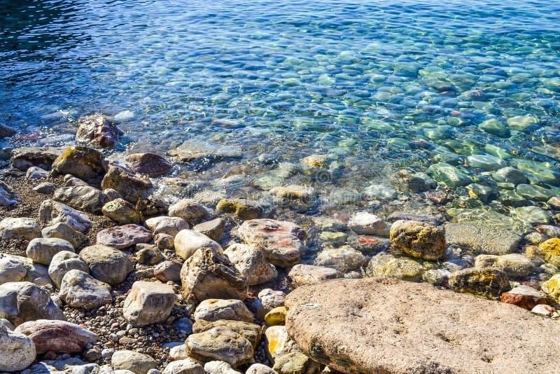 海运视图 风平浪静和大prilezhnye石头 亚得里亚海的透明水 黑山 免版税库存照片
