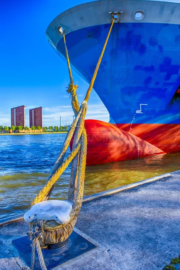 海运输概念 两条停泊的绳索特写镜头  图库摄影