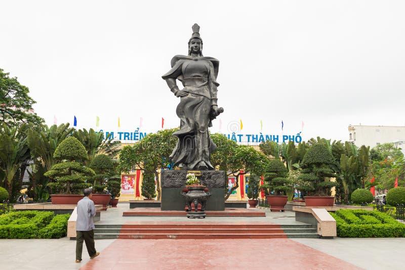 海防,越南- 2015年4月30日:女英雄Le陈雕象在中心公园 Le陈是带领T的军队的女性将军 免版税库存照片