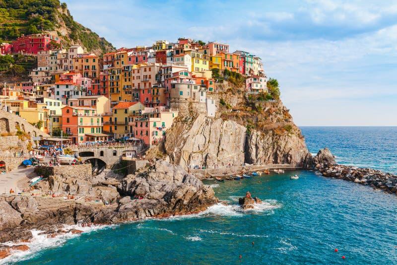 海风景在Manarola村庄,意大利的五乡地海岸 拉斯佩齐亚,利古里亚省的风景美丽的小镇  库存图片