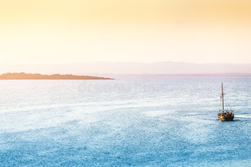 Download 海风景日落 库存照片. 图片 包括有 火箭筒, 夜间, 阳光, 晴朗, 海洋, 旅行, 黄色, 严重, 夏天 - 72363226