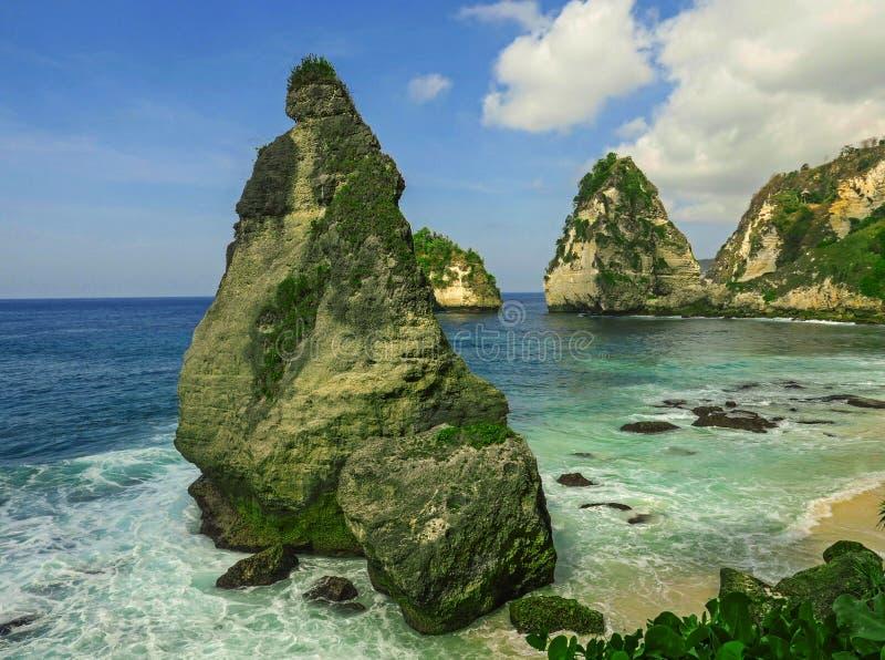 海风景美好的田园诗风景看法在热带海岛天堂海滩的与金刚石岩石峭壁山和绿松石 免版税图库摄影