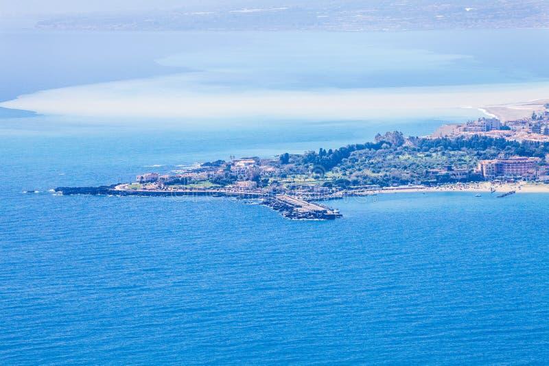 海风景鸟瞰图, Giardini纳克索斯 西西里岛taormina 意大利 免版税图库摄影