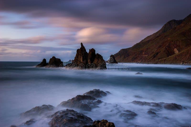 海风景,在海洋的动态日落 Benijo在特内里费岛 免版税库存照片