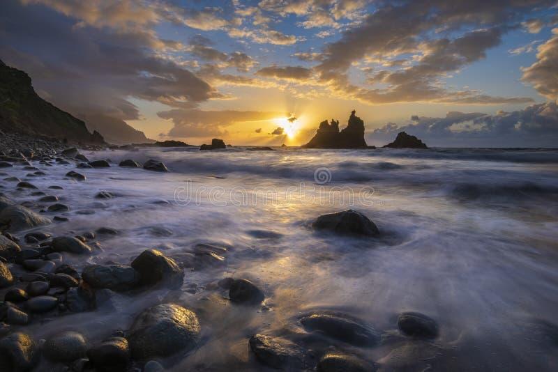海风景,在海洋的动态日落 Benijo在特内里费岛 免版税图库摄影