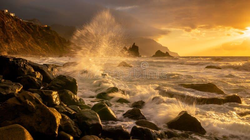 海风景,在海洋的动态日落 Benijo在特内里费岛 免版税库存图片