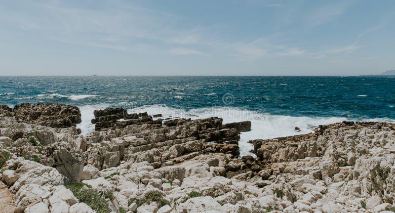 海风景,岩石岸,自然墙纸,地中海异乎寻常的海景 库存图片