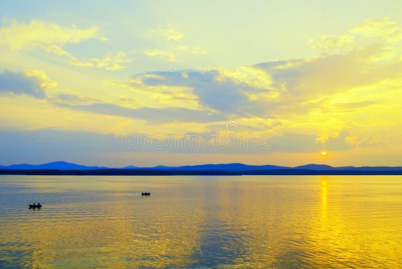 海风景 与不明身份的人小船的,夏天海假期的概念的夏天晴朗的水场面 免版税库存图片