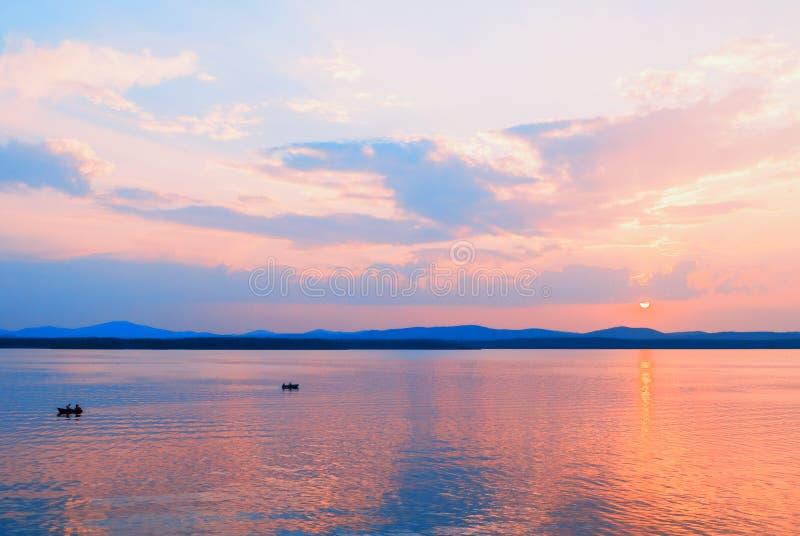 海风景 与不明身份的人的夏天晴朗的海场面小船的,夏天海假期活动的概念 库存图片