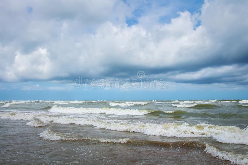 海风暴 大波浪和强风在海 在天空的云彩在发怒的海洋 库存照片