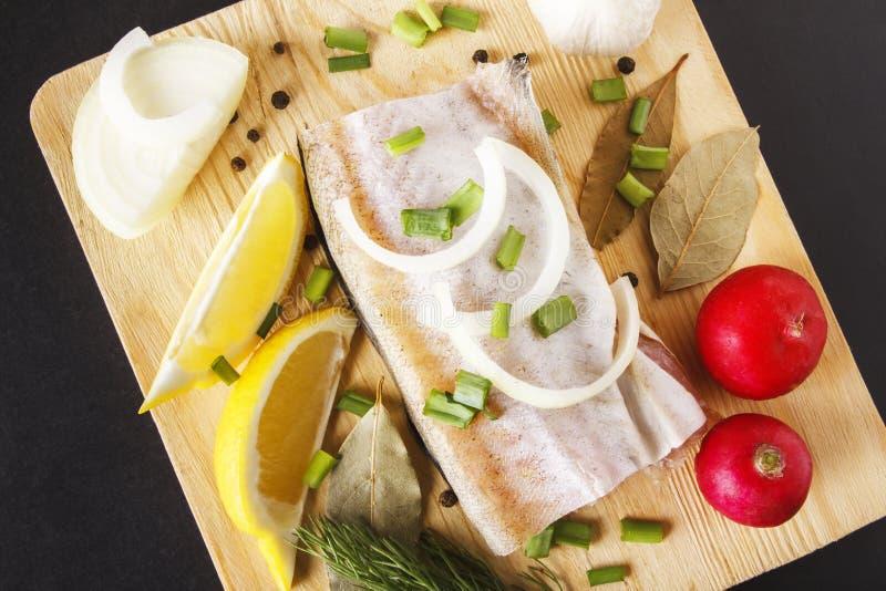 海鱼和有机菜在切板 烹调健康和饮食盘的未煮过的成份 自然概念的食物 库存图片