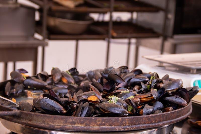 海鲜油煎了淡菜在街道食物节日  免版税图库摄影