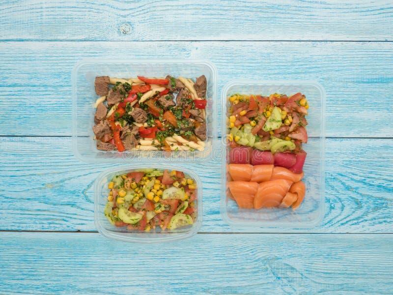 海鲜用菜沙拉和面团用火鸡和甜椒在拿走的容器 库存图片