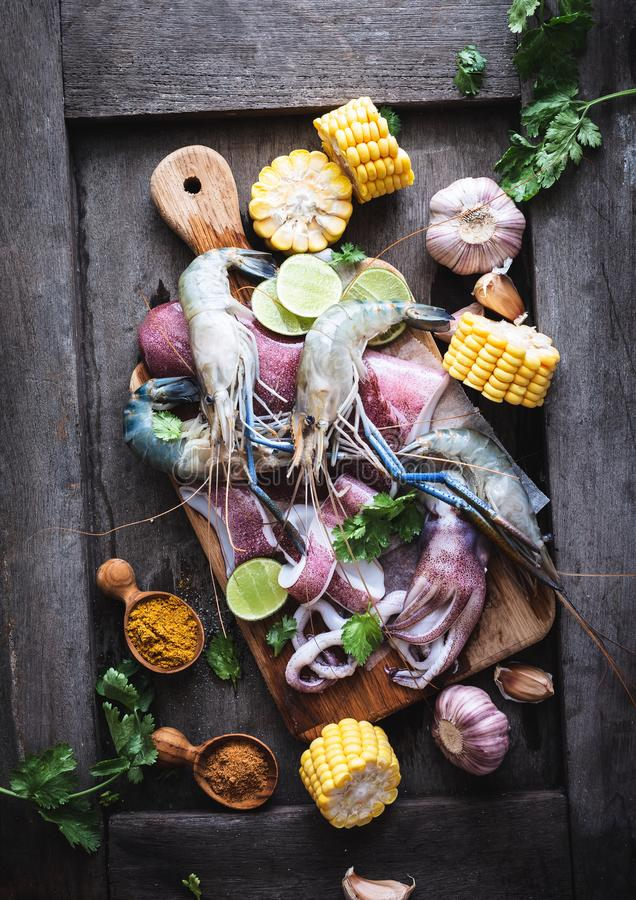 海鲜电镀工用大虾、乌贼、玉米和香料 库存照片