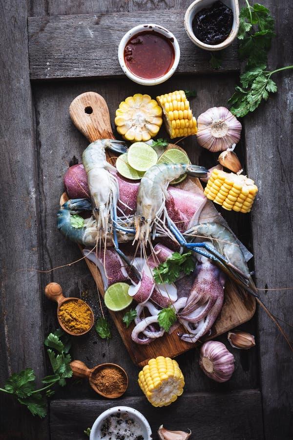 海鲜电镀工用大虾、乌贼、玉米和香料 免版税库存照片