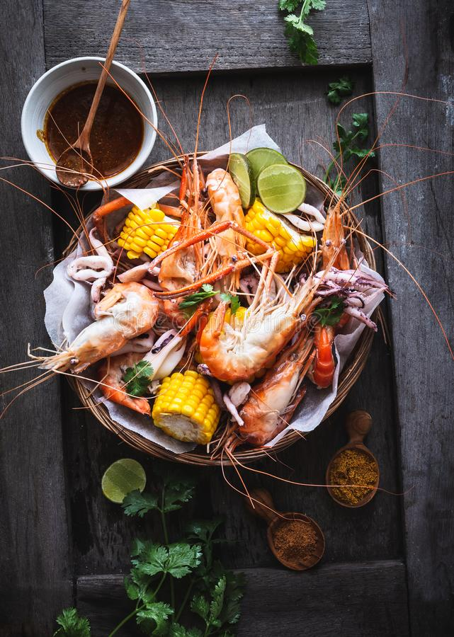 海鲜电镀工用大虾、乌贼、玉米和Cajun调味汁 库存照片