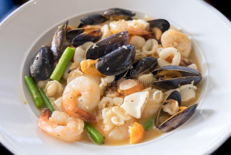 海鲜砂锅: 淡菜、虾、枪乌贼、白酒、黄油、雪利酒、螃蟹和草本 免版税库存照片