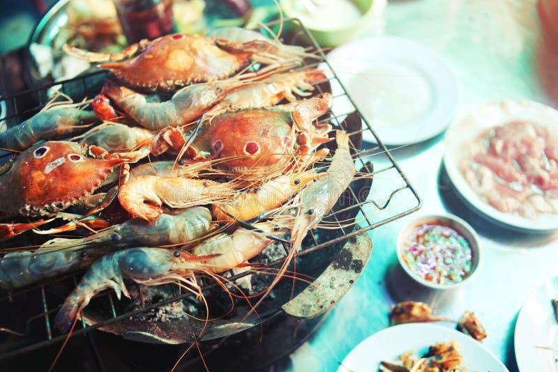 海鲜自助餐概念 在火炉和螃蟹烤的虾 库存图片