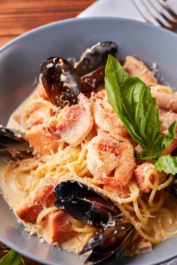 海鲜面团用淡菜,乌贼,三文鱼,大虾 免版税图库摄影