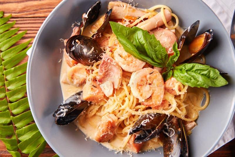 海鲜面团用淡菜,乌贼,三文鱼,大虾 免版税库存照片