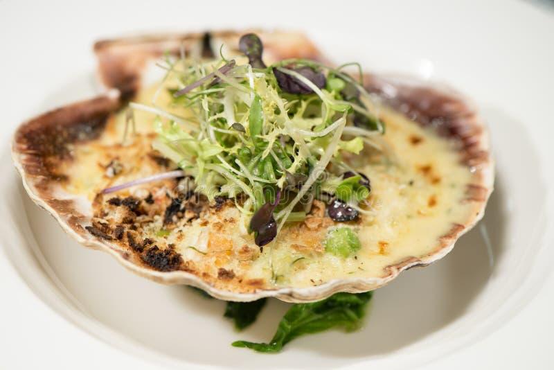 海鲜-在壳的被烘烤的扇贝 免版税库存照片