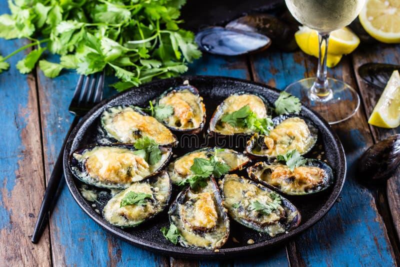 海鲜 被烘烤的淡菜用乳酪和柠檬在壳 免版税库存照片