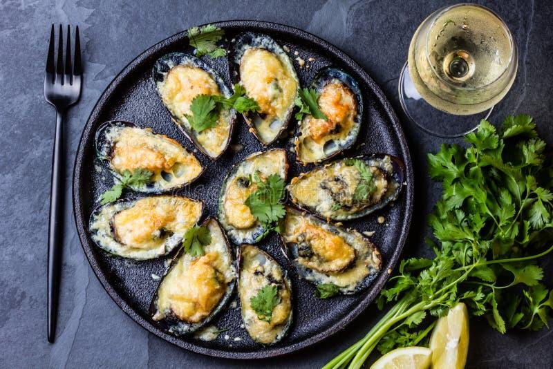 海鲜 被烘烤的淡菜用乳酪和柠檬在壳 图库摄影