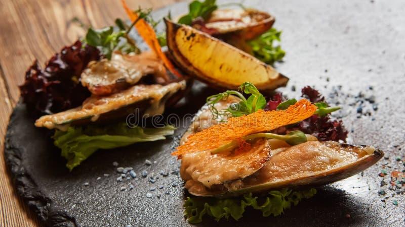 海鲜 贝类淡菜 被烘烤的淡菜用干酪 库存图片