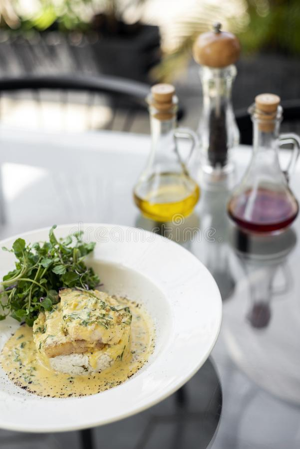 海鲷在板材的乳脂状的芥末莳萝和柠檬调味汁餐馆膳食鱼片 库存图片
