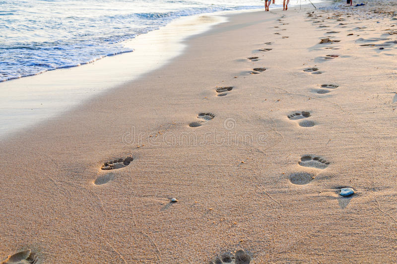 海滩、波浪和脚步在希腊 库存图片