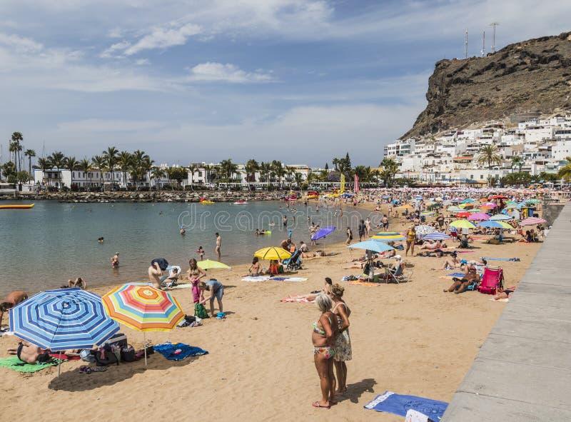 海滩、镇和峭壁在Puerto de Mogan在大加那利岛,一加那利群岛 免版税库存图片