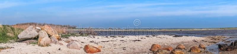 海滩与岩石的全景风景 免版税库存图片