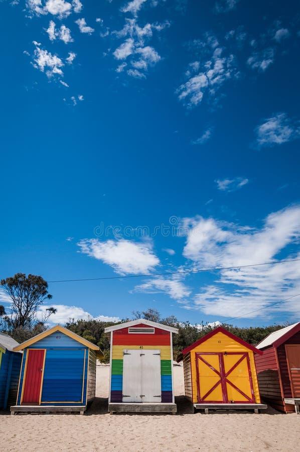 海滩五颜六色的房子 免版税库存图片