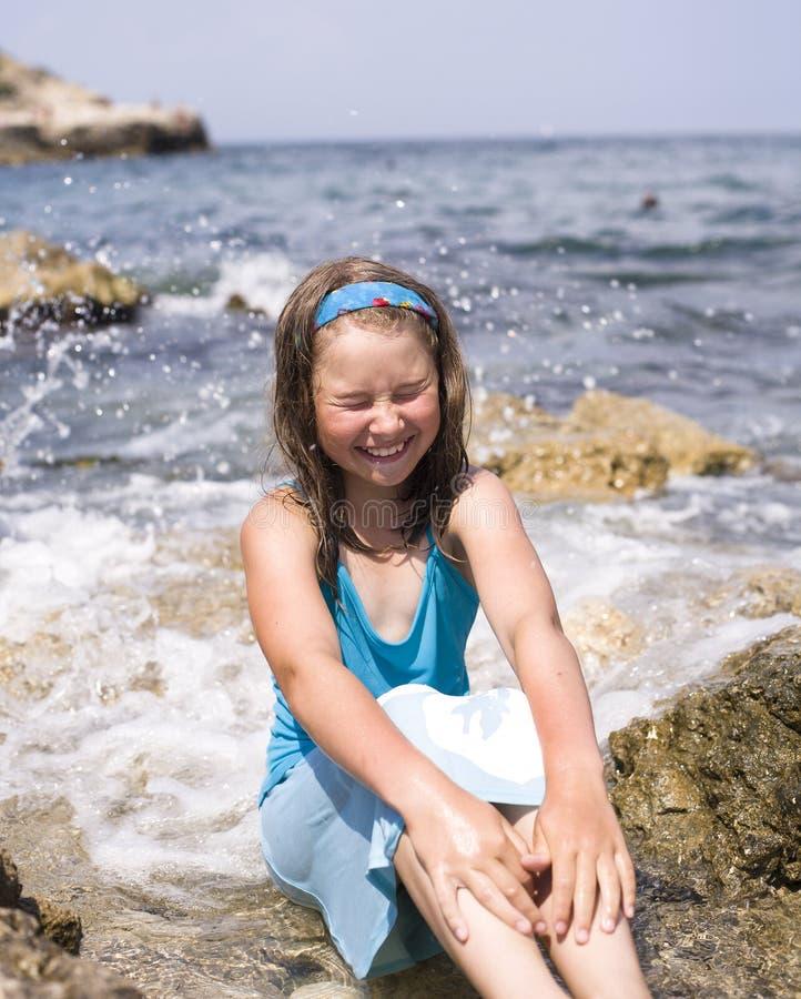 海滩假期的可爱的愉快的微笑的小女孩 免版税库存图片