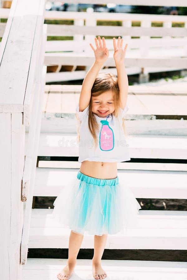 海滩假期的可爱的愉快的微笑的小女孩 库存图片