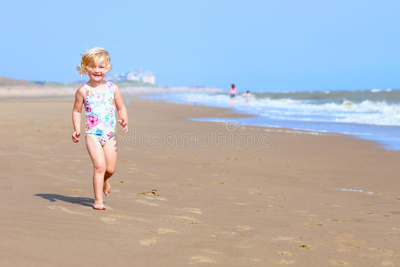 海滩儿童愉快使用 免版税图库摄影