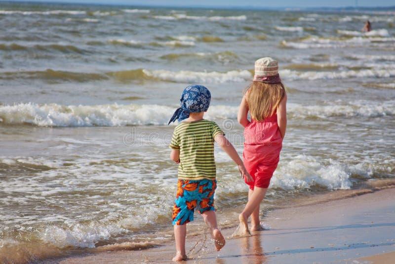 海滩儿童空白礼服的姐妹 免版税图库摄影