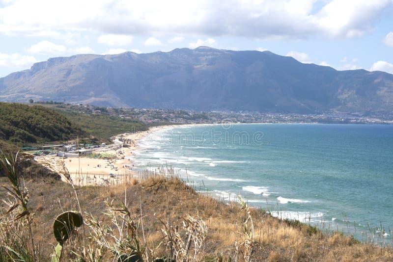 海滩卡斯泰拉姆马雷德尔戈尔福看法从巴莱斯特拉泰,西西里岛,意大利的 免版税库存图片