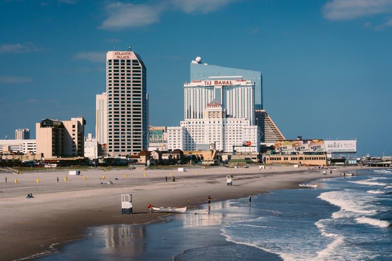 海滩和地平线的看法从一个码头在大西洋城,新 库存照片